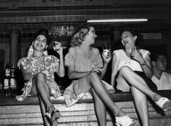 Chicas alternadoras o coperas de cabaret