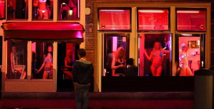 Visitar prostíbulos y mirar escorts en exhibición